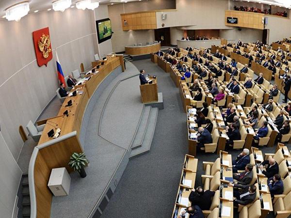 Parlamentdə deputat barmağını həmkarının qulağına soxdu - VİDEO