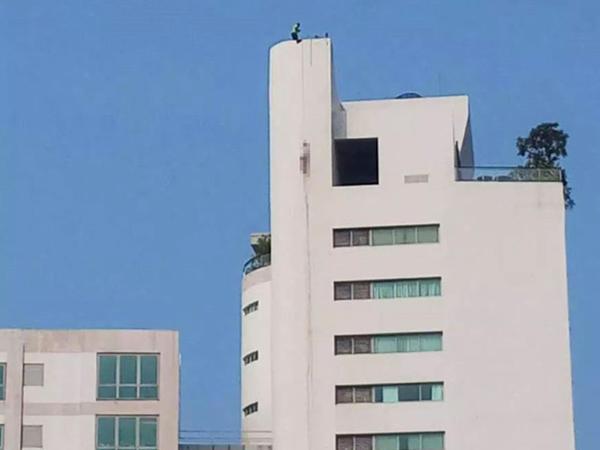 Kişini öldürüb, parçalanmış cəsədini binanın başından asdılar - FOTO