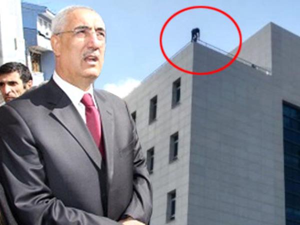"""Parlamentin binasından özünü atmaq istəyən şəxsi <span class=""""color_red"""">deputat xilas etdi - FOTO</span>"""