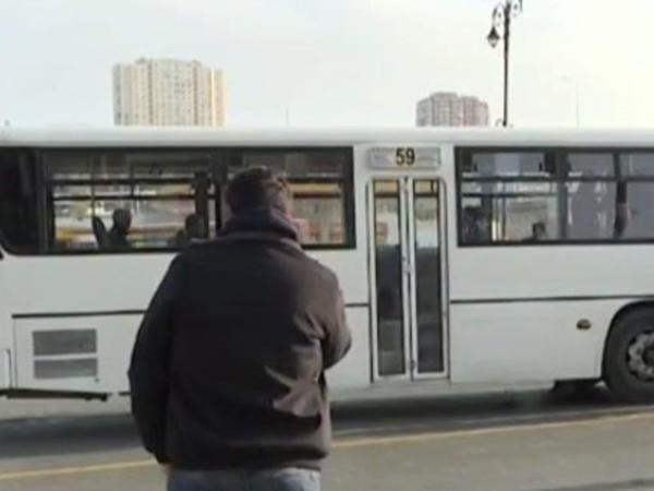 """""""Bizi dayanacağa girməyə qoymurlar"""" - <span class=""""color_red"""">Avtobusların yerini kimlər ZƏBT EDİR? - VİDEO - FOTO</span>"""
