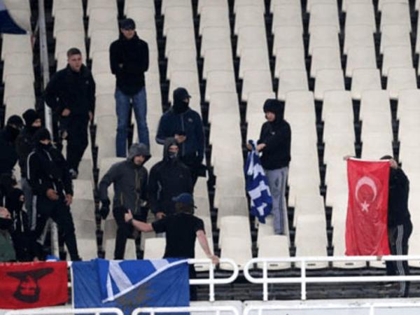 Yunanlar Türk bayrağını yandırdılar - FOTO