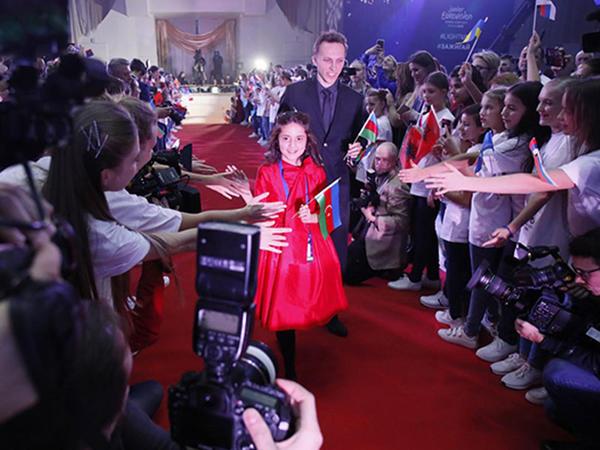 """""""Eurovision""""un rəsmi açılışı oldu - <span class=""""color_red"""">Fidan qırmızı xalçada</span>"""