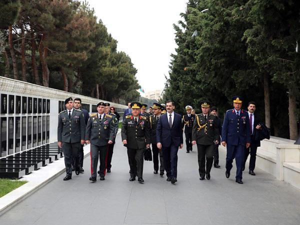 Türkiyə və Gürcüstan generalları Şəhidlər xiyabanını ziyarət ediblər - FOTO