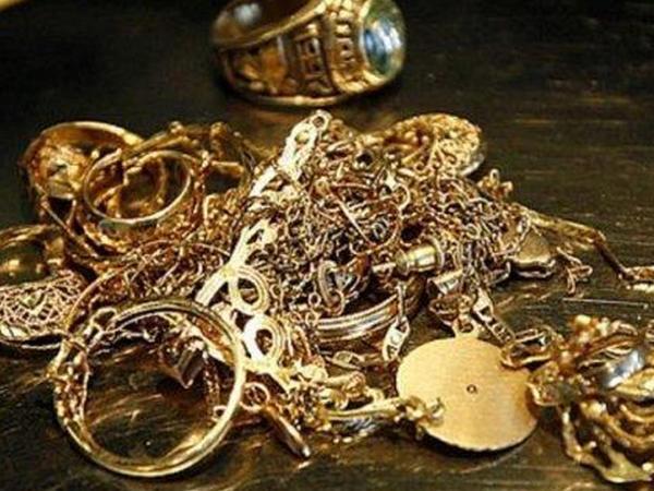 10 min manatlıq qızıl-zinət əşyaları oğurlayan qadın saxlanıldı