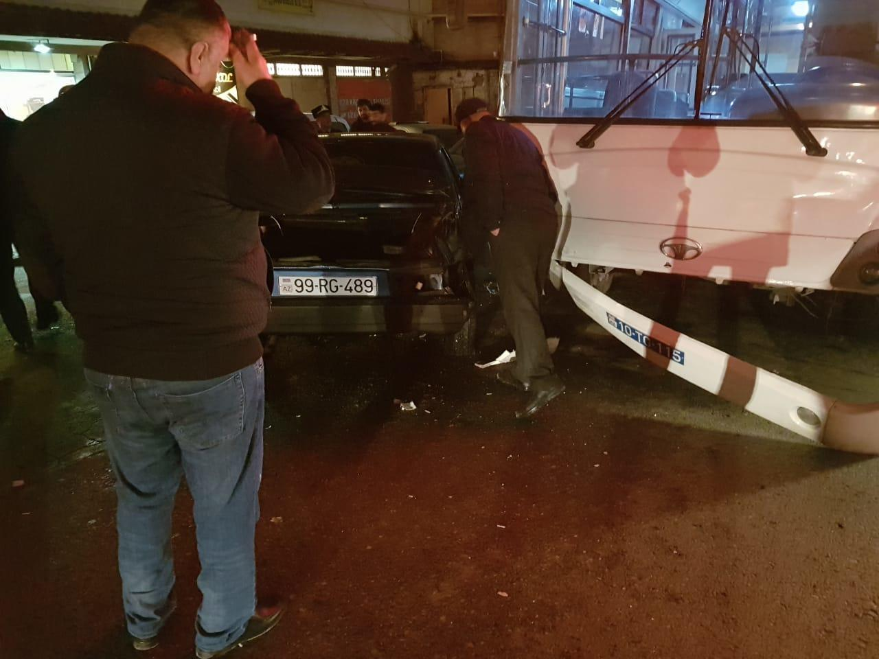 Bakıda sərnişin dolu avtobus qəza törətdi - FOTO