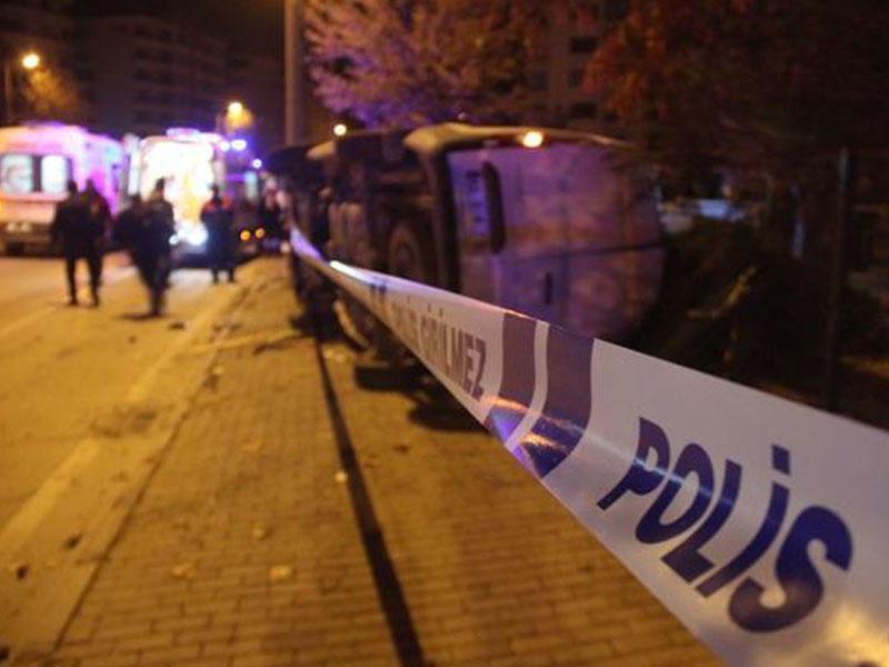 Avtomobil polis maşınına çarpılıb: bir polis ölüb, daha 4 nəfər yaralanıb