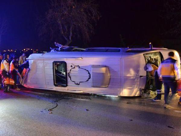 """Türkiyədə mikroavtobusla TIR toqquşdu: <span class=""""color_red"""">4 ölü, 16 yaralı - YENİLƏNİB - FOTO</span>"""