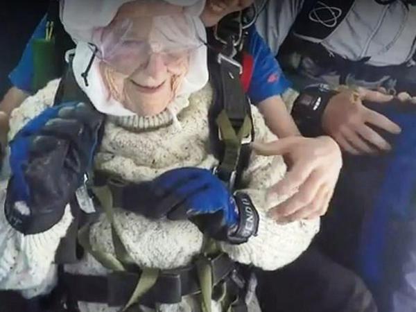 102 yaşlı qadın paraşütlə tullanıb - FOTO