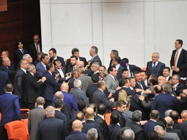 """Türkiyə parlamentində deputatlar dava saldı - <span class=""""color_red"""">FOTO</span>"""