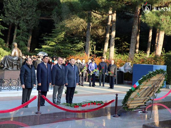 Bakı Ali Neft Məktəbinin kollektivi ümummilli lider Heydər Əliyevin məzarını ziyarət etdi