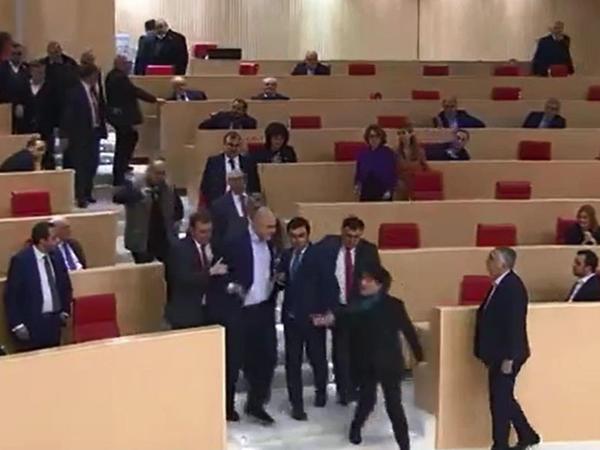 """Gürcüstan Parlamentində deputatlar arasında dava düşüb - <span class=""""color_red"""">VİDEO</span>"""