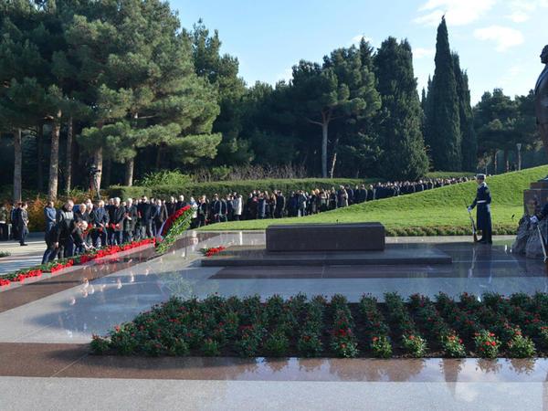 Dövlət Komitəsinin kollektivi Ümummilli lider Heydər Əliyevin məzarını ziyarət edib - FOTO