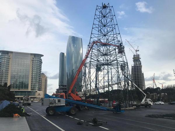Bakıda 37 metr hündürlüyündə yolka quraşdırılır - FOTO