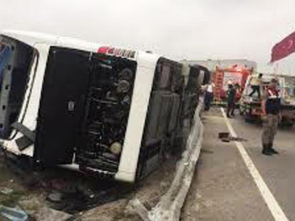 """Türkiyədə fabrik işçilərini aparan avtobus aşdı - <span class=""""color_red"""">25 yaralı</span>"""