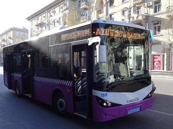 """""""Özüm bilərəm"""" - Avtobusu qapısı açıq şəkildə idarə edən sürücüdən sərnişinə cavab"""