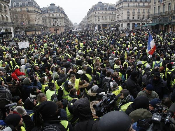 """Fransada ara sakitləşmir: <span class=""""color_red"""">aksiyalarda azı 66 min nəfər iştirak edib</span>"""