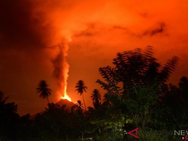 """İndoneziyanın Sulavesi adasında vulkan püskürüb - <span class=""""color_red"""">FOTO</span>"""