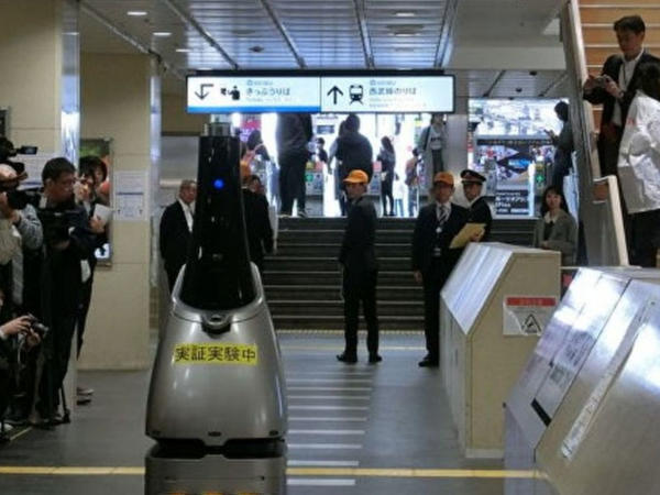 Yaponiyada dəmir yolu stansiyasında robot-nəzarətçi sınaqdan keçirilib