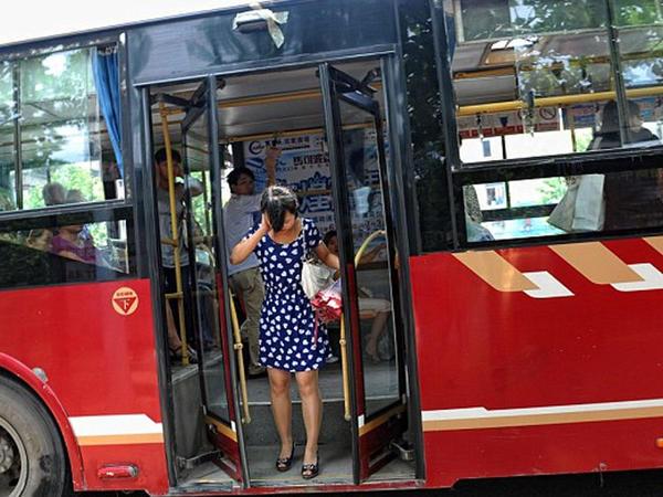 352 nömrəli avtobusda əxlaqsızlıq kameraya düşdü - VİDEO