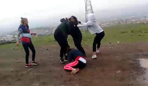 İki qızı alt paltarlarına qədər soyundurdular, hər anı kameraya çəkildi - VİDEO - FOTO