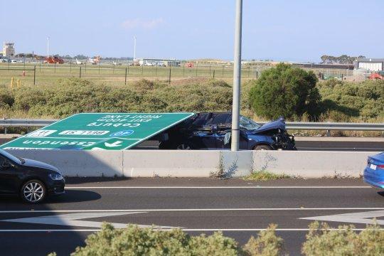 Yol işarəsi anidən avtomobilin üstünə düşdü - FOTO