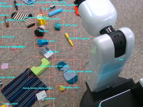 Ətrafa dağılan obyektləri yığan robot