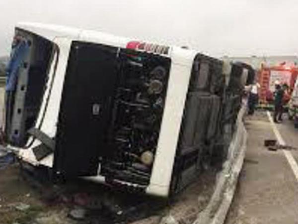 """Svetoforda dayana bilməyən yük maşını avtobusa çırpıldı: <span class=""""color_red"""">12 yaralı</span>"""