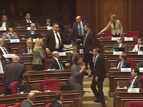 Ermənistan parlamentində deputatlar arasında dava düşdü - VİDEO