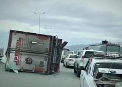 """Bakıda küləyin aşırdığı TIR-ın türk sürücüsü xəstəxanaya çatdırıldı - <span class=""""color_red"""">VİDEO - YENİLƏNİB</span>"""
