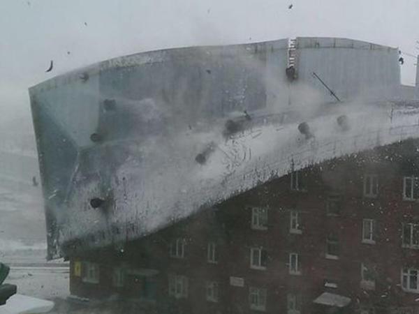 Sumqayıtda külək binanın damını uçurdu - VİDEO