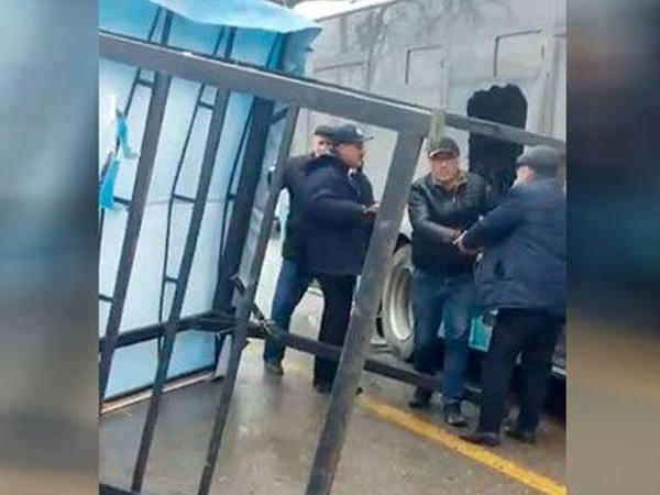 Sumqayıtda güclü külək dəmiri avtobusa çırpdı