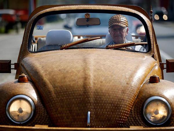 71 yaşlı pensiyaçı taxtadan maşın düzəltdi - FOTO