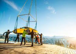 """""""Porsche""""nin 128 min dollarlıq yeni modeli helikopterlə <span class=""""color_red"""">dağ zirvəsinə gətirildi - VİDEO - FOTO</span>"""