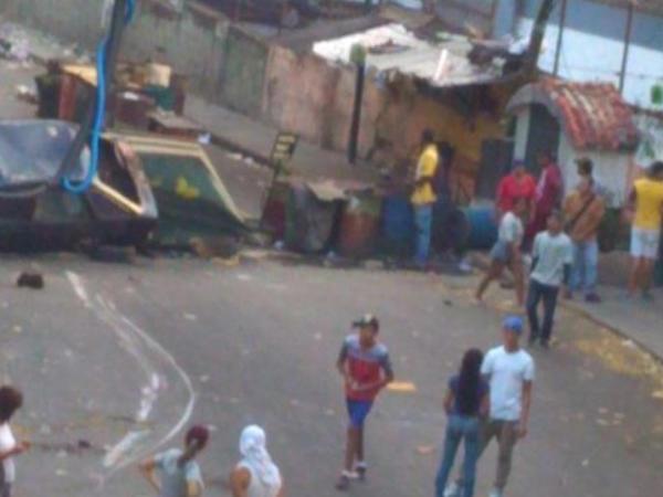 Karakasda polis etirazçılara atəş açır - VİDEO - YENİLƏNİB