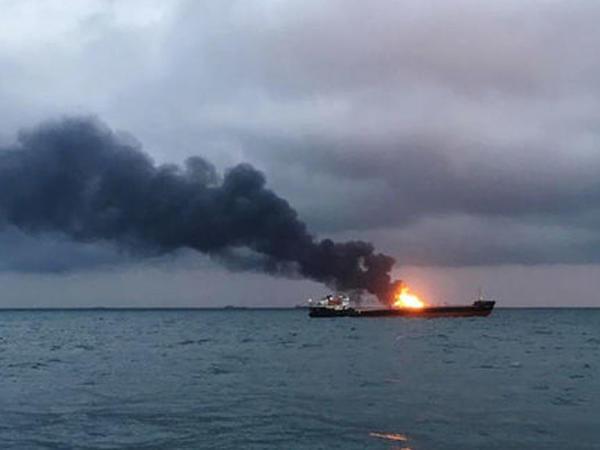 Kerç boğazında iki gəmi yanır, 14 ölü - VİDEO