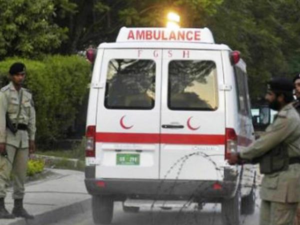 """Pakistanda yanacaq daşıyan yük maşını avtobusla toqquşub: <span class=""""color_red"""">çoxlu sayda ölən var</span>"""