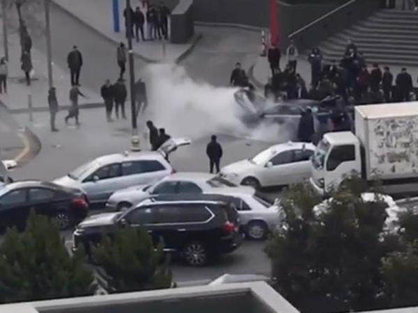 """""""Gənclik Mall""""un qarşısında bahalı maşın yandı - VİDEO - FOTO"""