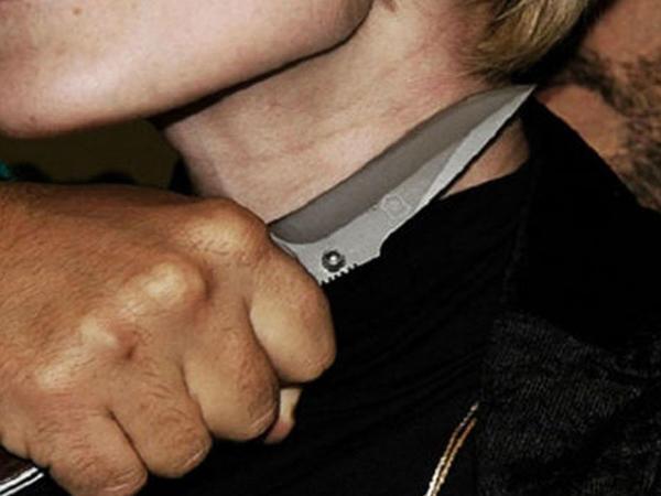 Qusarda oğul anasının boğazını kəsib qaçdı