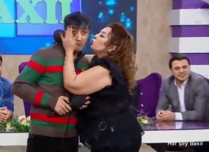 Samirə canlı yayımda barələrində şayiələr gəzən meyxanaçını elə öpdü ki... - FOTO