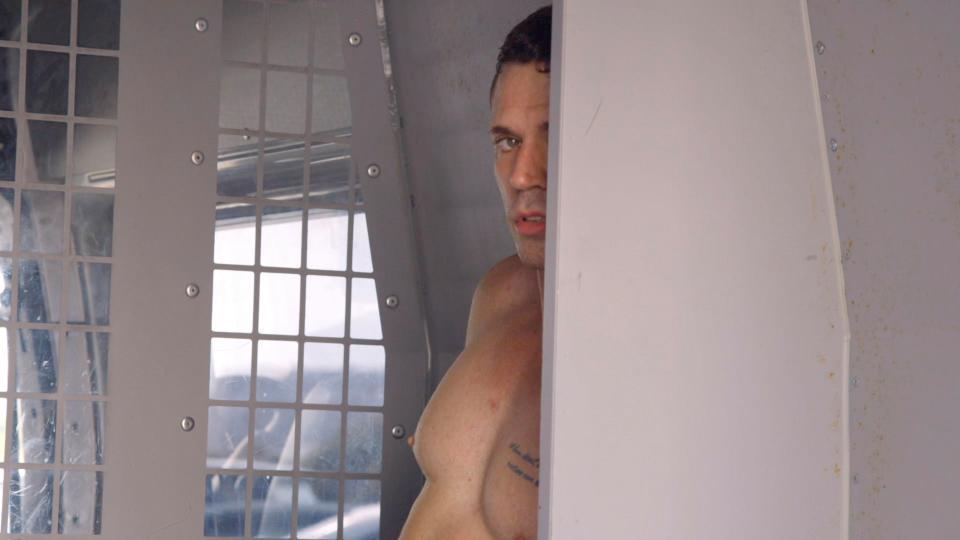 Erotik film ulduzu çılpaq halda eyvandan yıxıldı - FOTO