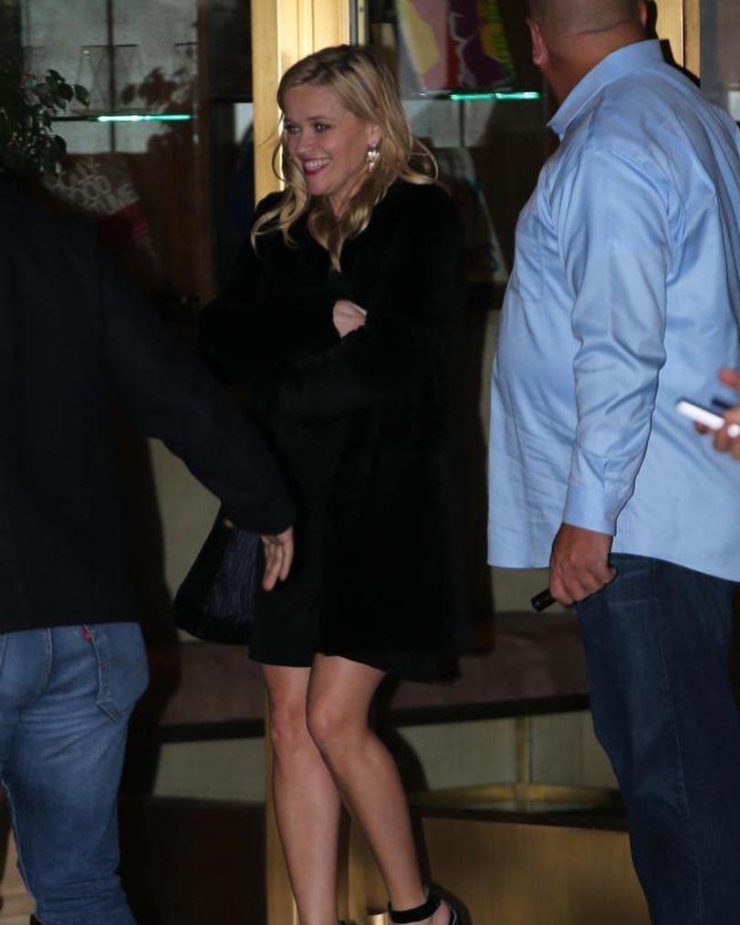 Aktrisa kameraların qarşısında yıxıldı - FOTO