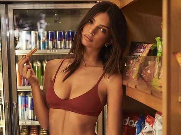 Model öz kolleksiyasını reklam etdi - FOTO