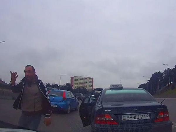 """Bakı-Sumqayıt yolunda insident: <span class=""""color_red"""">taksi sürücüsü təhqirə keçdi - VİDEO</span>"""
