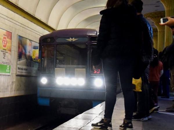 """Bakı metrosunda qan düşdü: <span class=""""color_red"""">adamı vurub qaçdı - VİDEO</span>"""