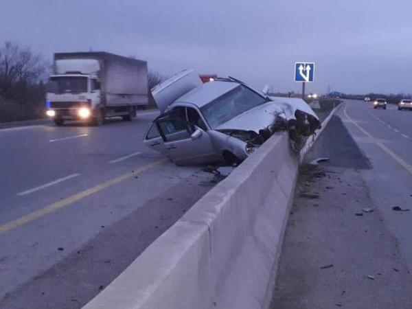 Kürdəmirdə Mercedes beton lövhəyə çırpıldı: 2 yaralı - FOTO