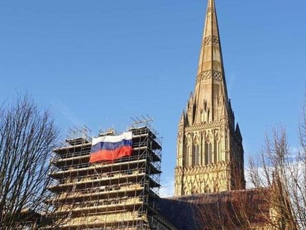 Solsberi kilsəsindən nəhəng Rusiya bayrağı asıldı