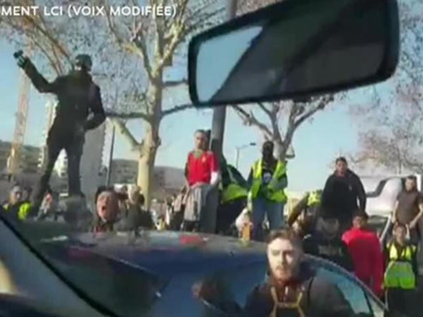 """""""Sarı jiletlilər"""" polis maşınına hücum etdilər: <span class=""""color_red"""">26 nəfər saxlanılıb - FOTO</span>"""