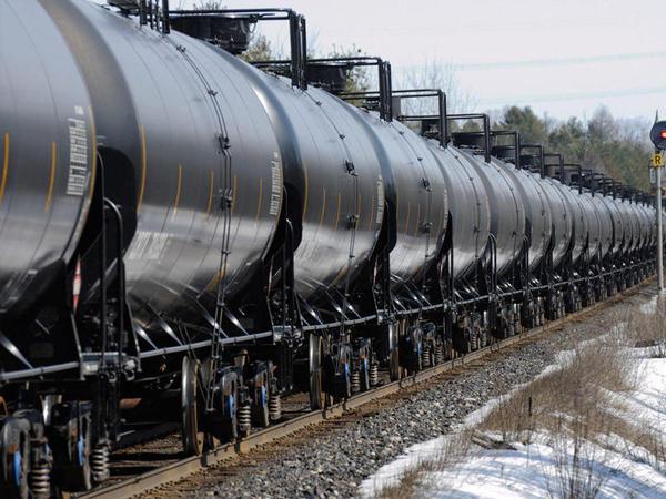 Kanadada neft daşıyan qatar relsdən çıxdı