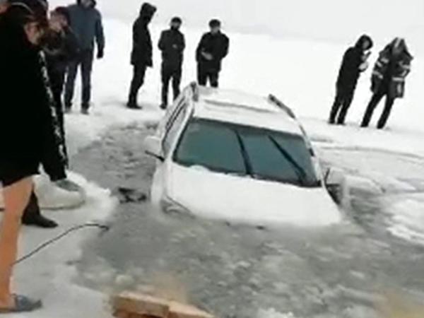 """Buz üzərində """"drift"""" edən avtomobil çaya düşdü, <span class=""""color_red"""">donub qaldı - VİDEO</span>"""
