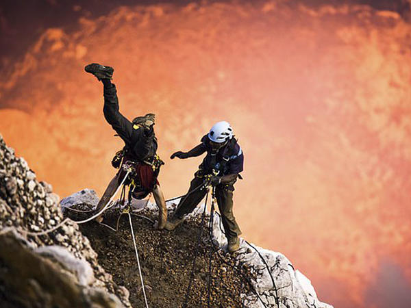 Unikal kadrlar: vulkanın içinə endi - VİDEO - FOTO
